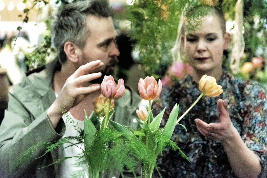 Sara och Johannes tittar på gula och rosa tulpaner.