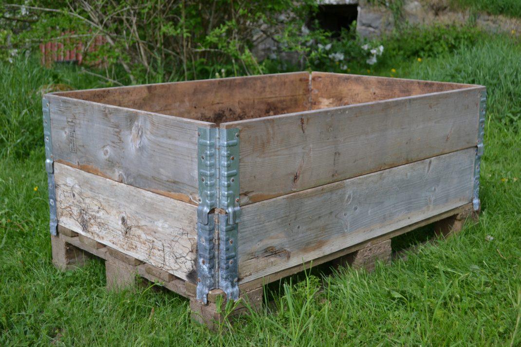 Dubbla pallkragar som står på en lastpall ute i trädgården.