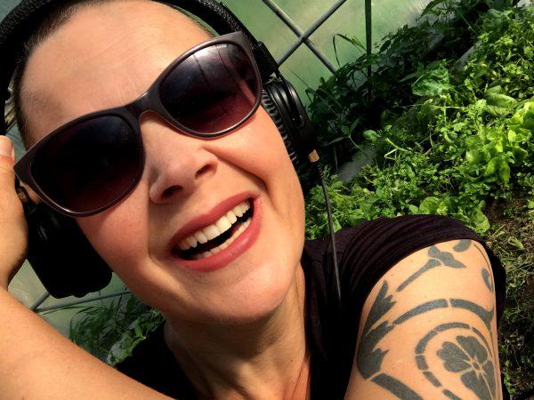 Sara Bäckmo i solglasögon och hörlurar.