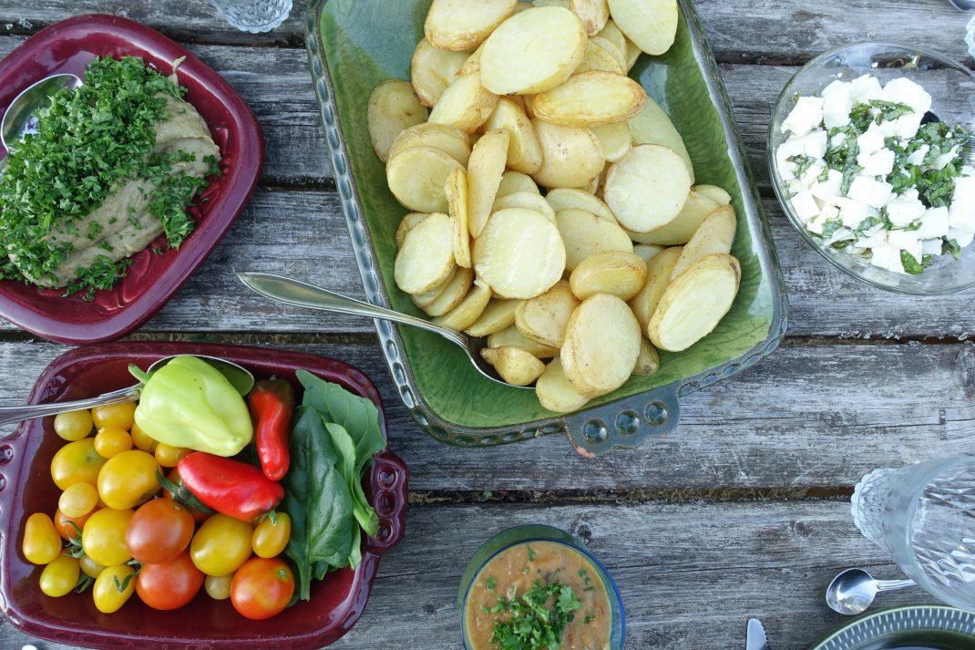 Färgglada grönsaker på olika fat.