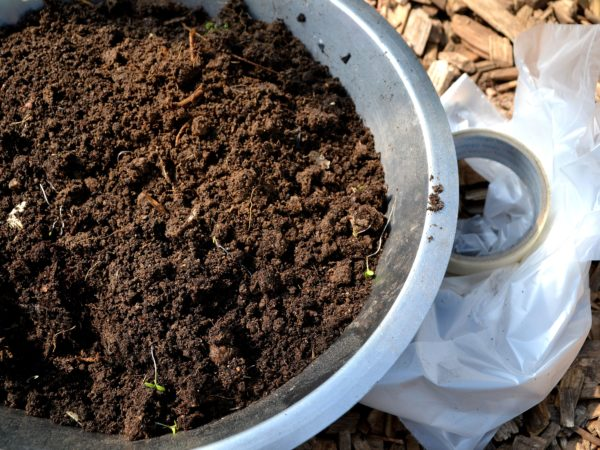 En rostfri skål fylld med jord.