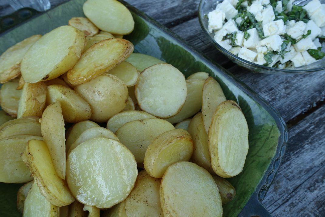 Ett fat med ugnsbakad potatis.