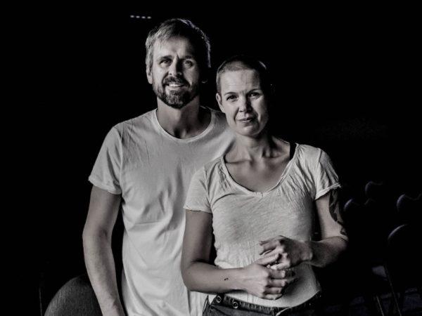 Svartvit bild på Sara och Johannes.
