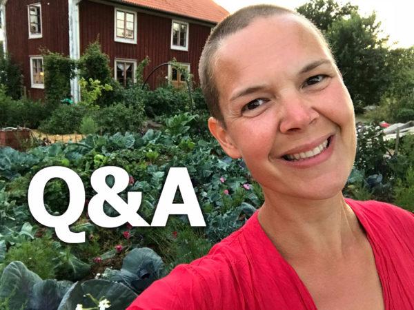 """Bild av Sara i trädgården framför huset, med vit text """"Q&A"""" ovanpå."""