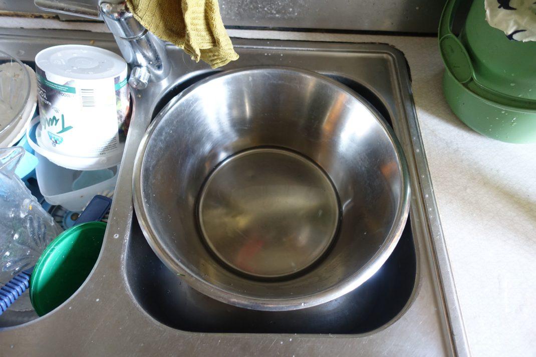En diskho med en rostfri bunke i.