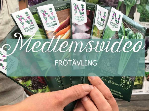 Sara håller fem fröpåsar ur kollektionen Så året runt och över det ligger en ruta med texten Medlemsvideo Frötävling.