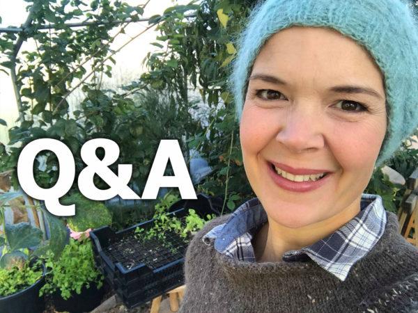 Sara med blå mössa och stickad grå tröja står i växthuset och ser glatt in i kameran.