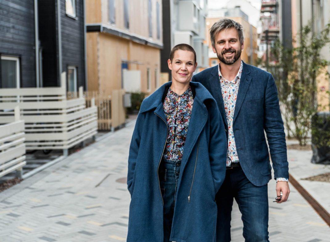 Sara och Johannes står framför en gata i en stad.