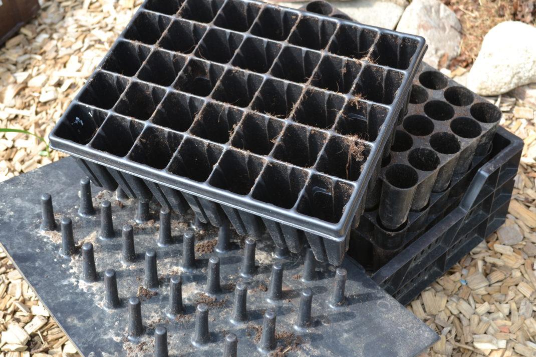 Flera pluggbrätten ligger i en stapel bredvid en uttryckare.
