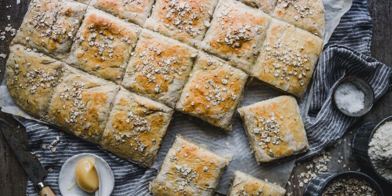Ett vackert bröd från en långpanna ligger på en linneduk.