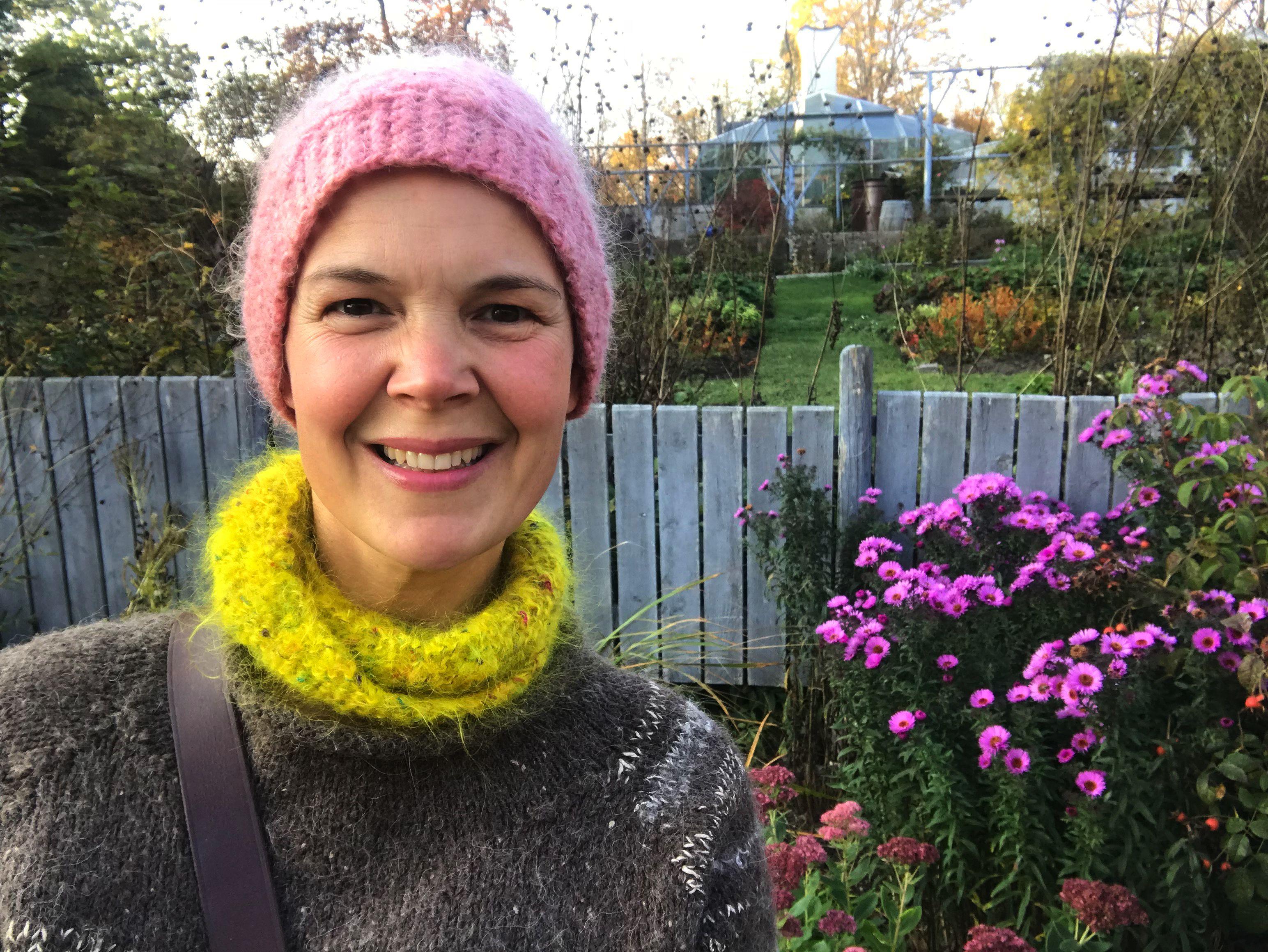 Sara Bäckmo i färgglad halsduk och mössa.
