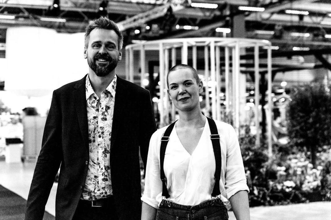Svartvit bild av Johannes och Sara på trädgårdsmässa.
