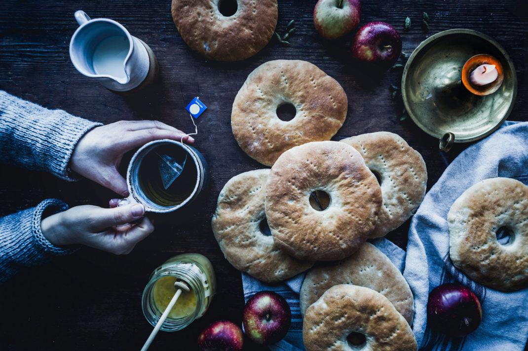 Brödkakor med små hål ligger på ett bord tillsammans med tillbehör.