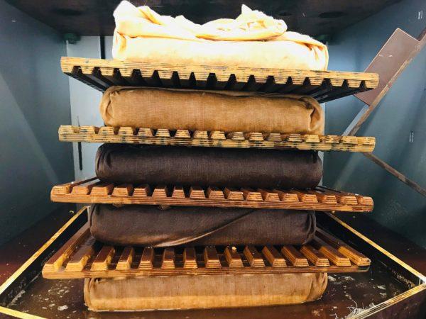 Ett torn av äppelkross i linnedukar alldeles innan pressningen börjar.