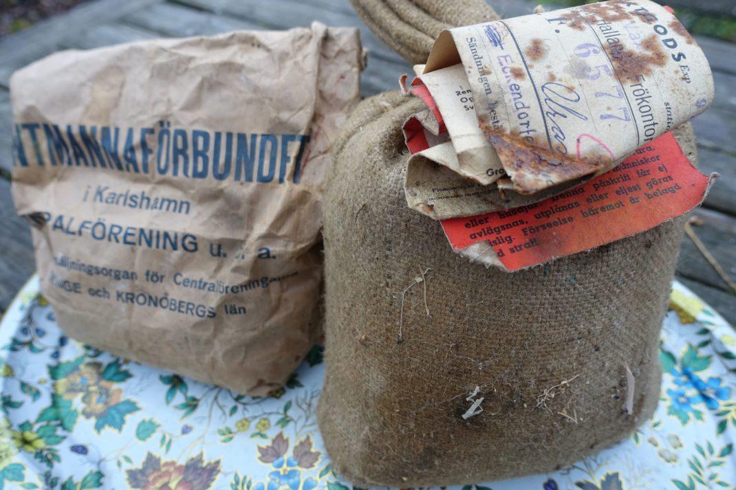 Två bruna små säckar eller påsar med frön.