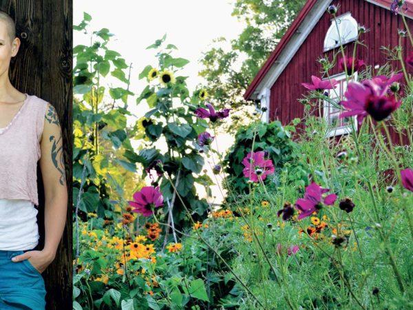Bildmontage där Sara Bäckmo står lutad mot en vägg och bild nummer två visar ett rött bostadshus inramat av vackra sommarblommor och växtlighet-