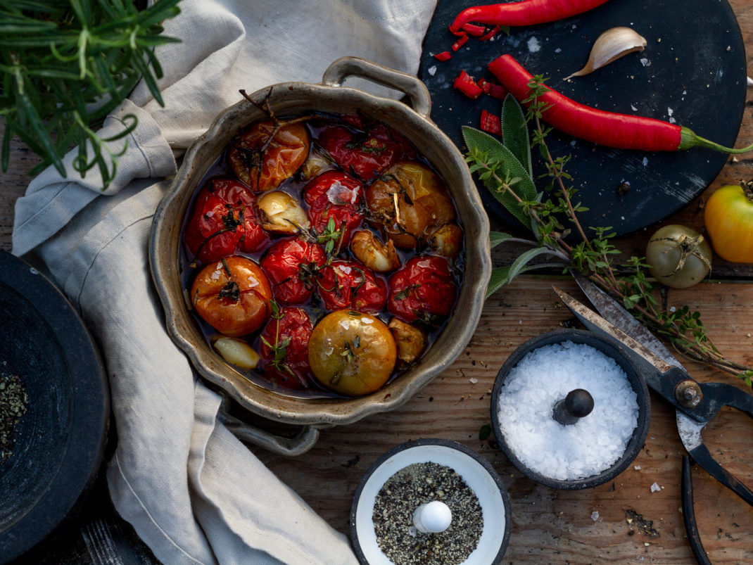 Läckra tomater i en ugnsfast form.