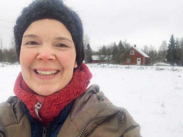 Sara i vintrigt landskap.
