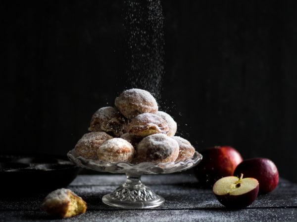 Härliga äpplemunkar ligger på ett fat.