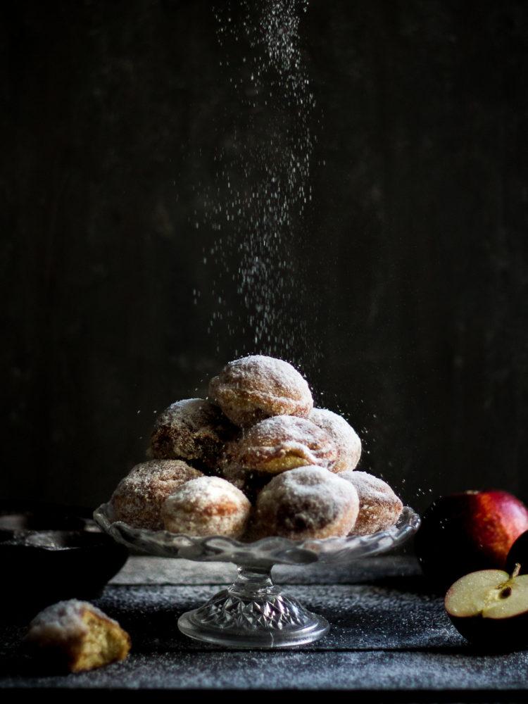 Härliga äpplemunkar ligger på ett fat. My lovely apple donuts.