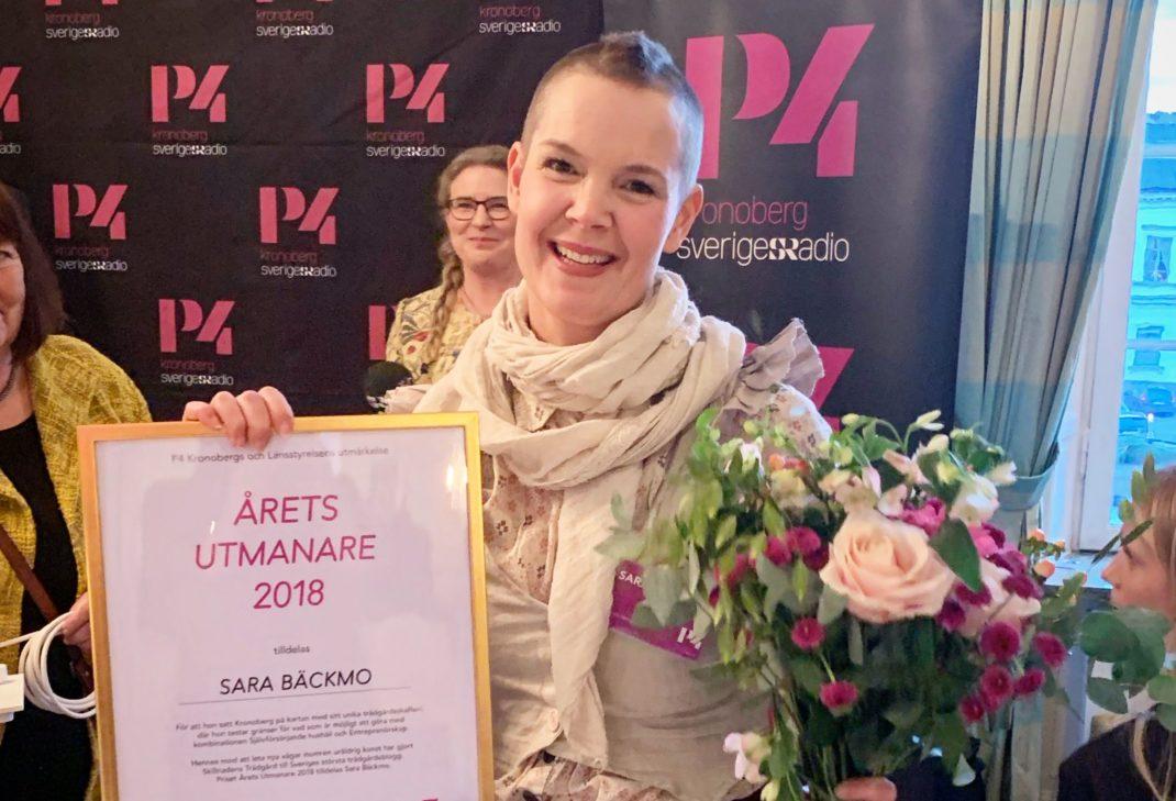 Från prisutdelningen, Sara står med diplom och blommor.