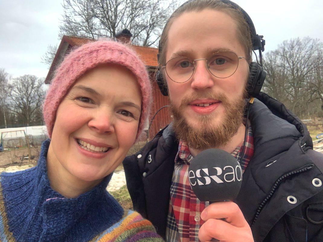 Sara och en reporter med mikrofon i en selfie