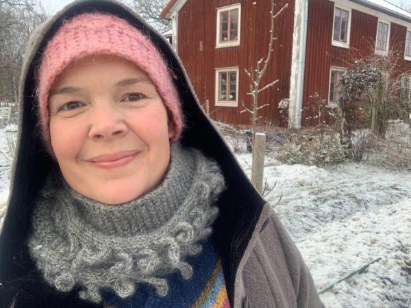 Sara i ett vintervitt Skillnadens Trädgård.