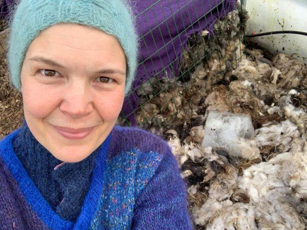Sara framför en härlig varmbänk av ull.