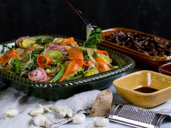 Stekta grönsaker med vitlök och ingefära blir färgglatt och fräscht på tallriken.