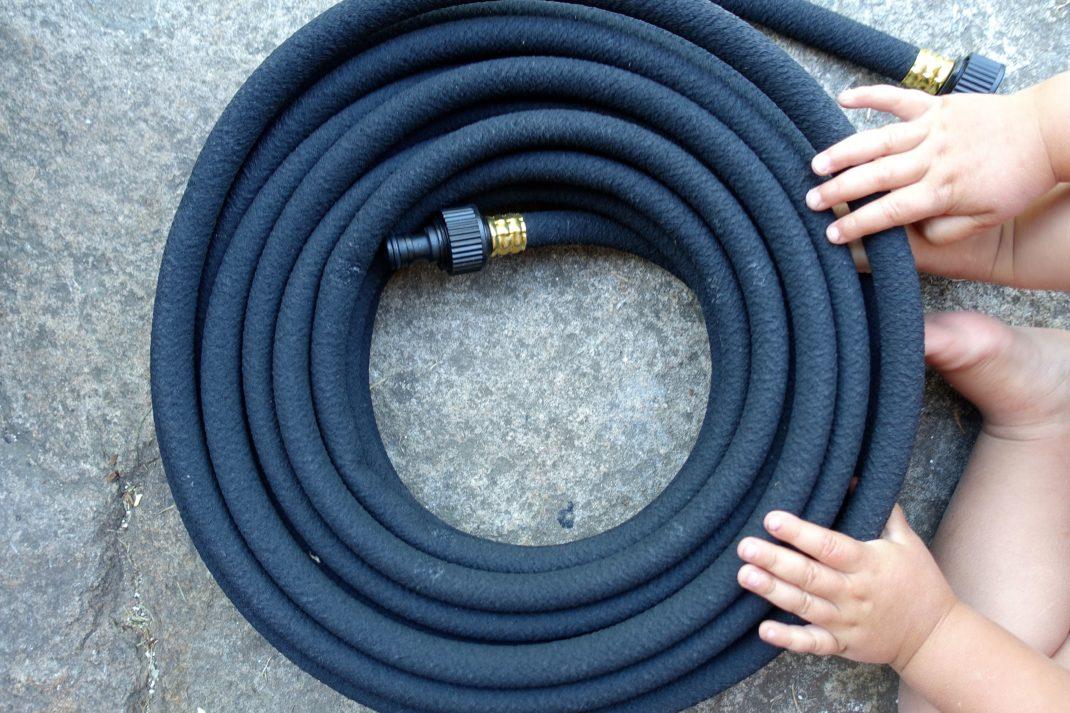 En ihoprullad svart slang.