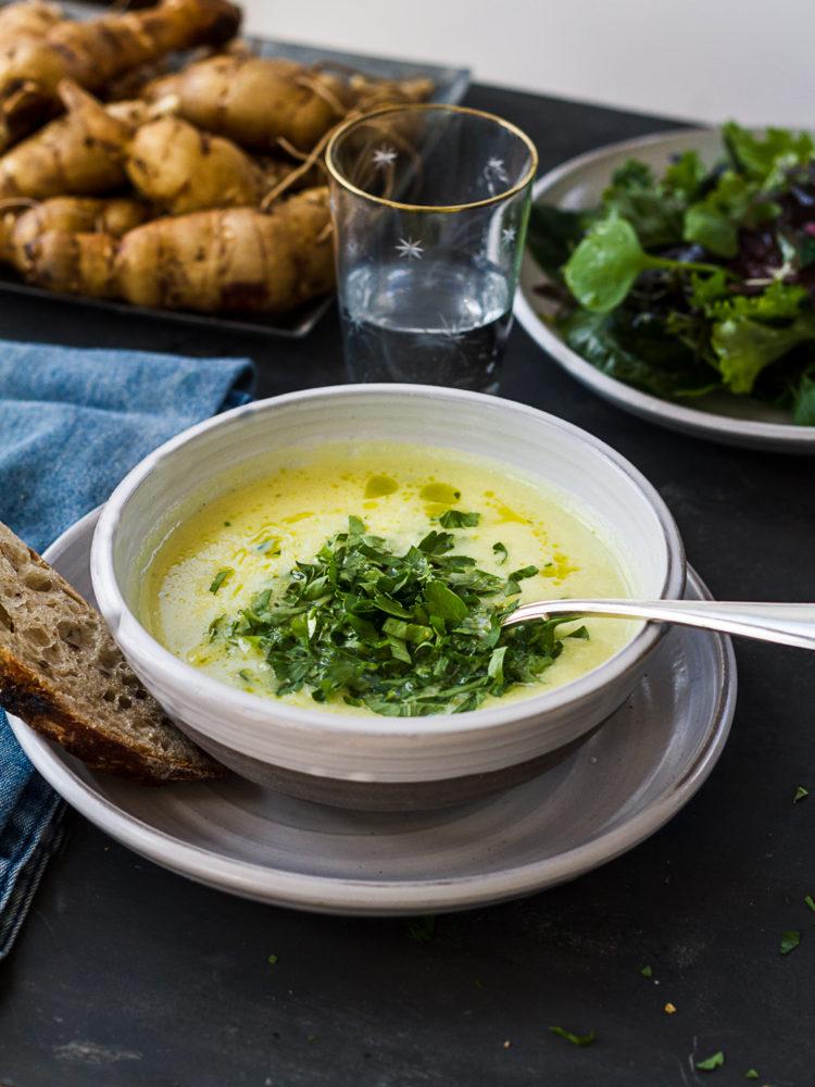 Härlig jordärtskockssoppa med bröd och sallad.