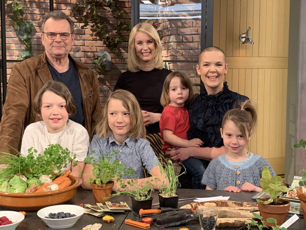 Sara och barnen på gruppfoto i studion.