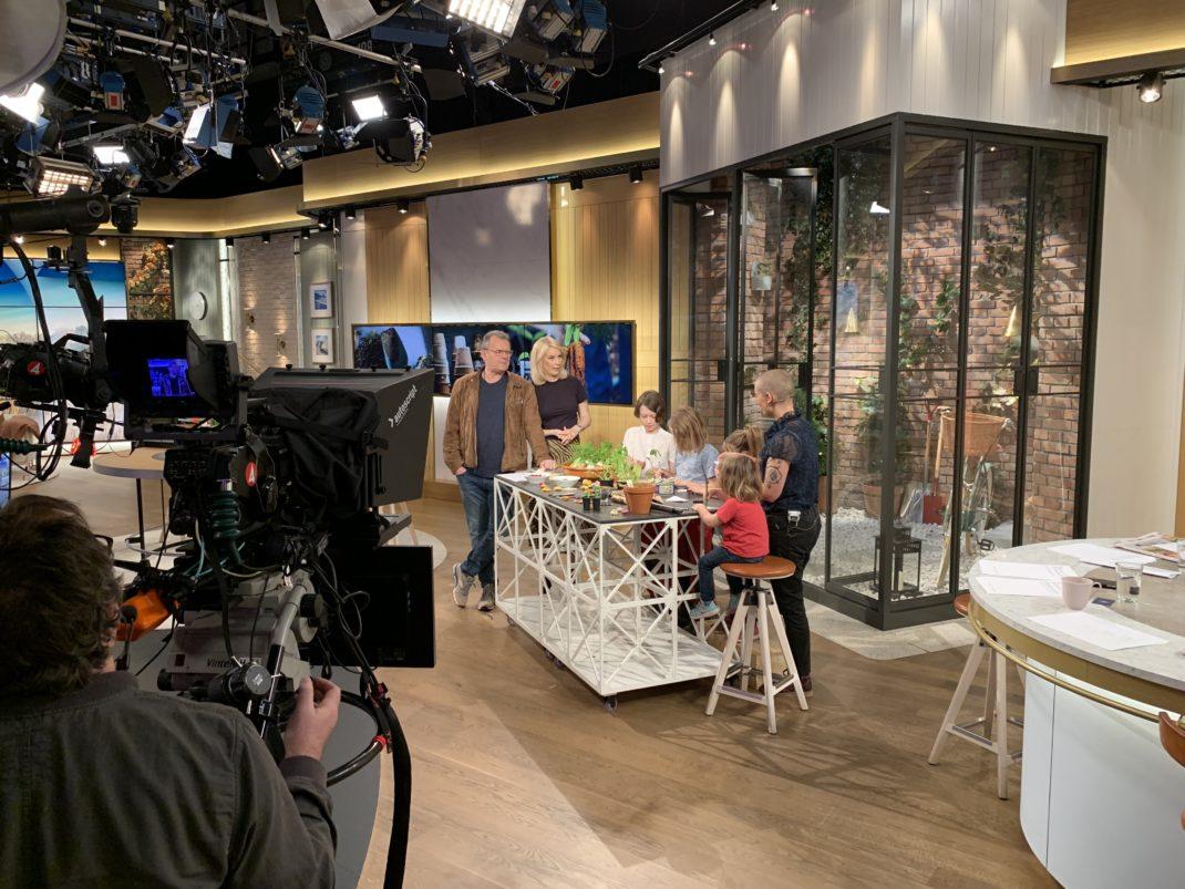 Bild inifrån studion där Sara och Barnen står vid ett bord.
