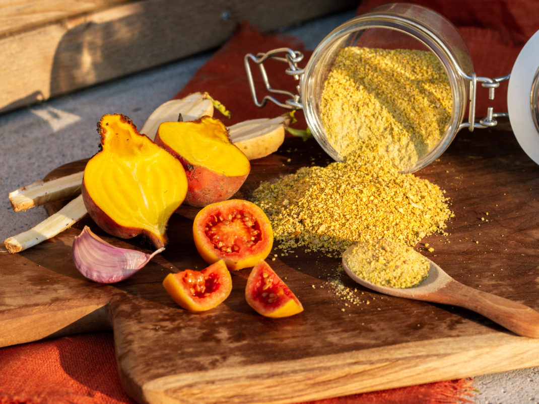 Gult grönsakssalt är ett superfint tillbehör.