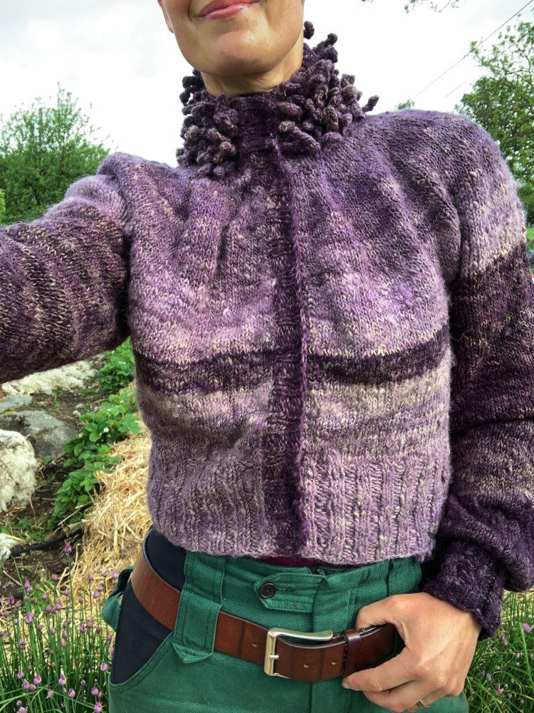 En stående selfie som visar den lila tröjan i helbild.