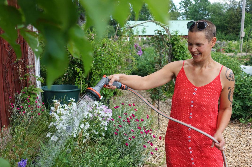 Sara vattnar med Gardena-produkter.