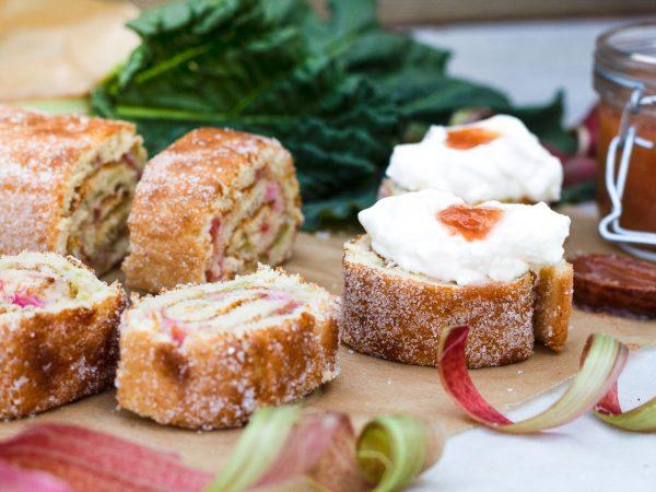 Rulltårta med rabarbersylt och vispgrädde
