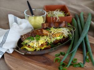 Maffiga burgare med fisk, groddar och currymajonäs.