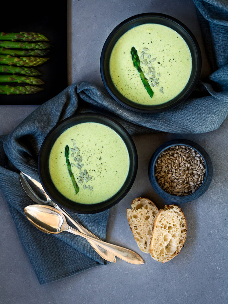 Läcker sparrissoppa med gröna inslag från spenat.