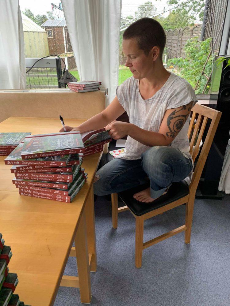Sara signerar för fullt.