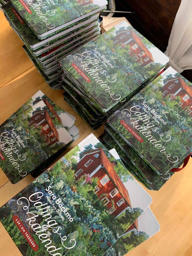 Odlingskalendern ligger i många ex på ett bord.