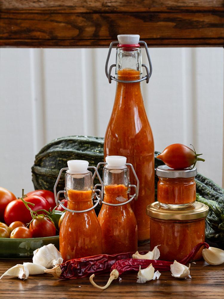 Sweet chilisås i snygga flaskor och burkar.
