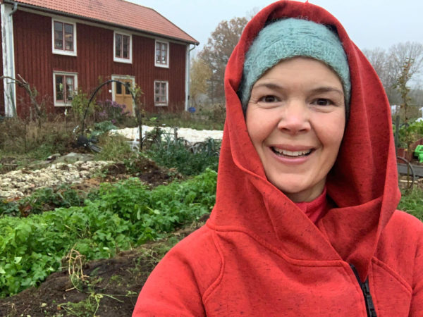 Sara i köksträdgården i höstskrud
