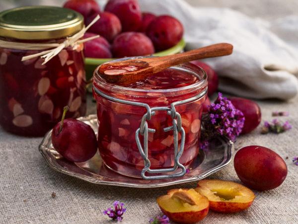Läckert lilaröd marmelad på plommon.