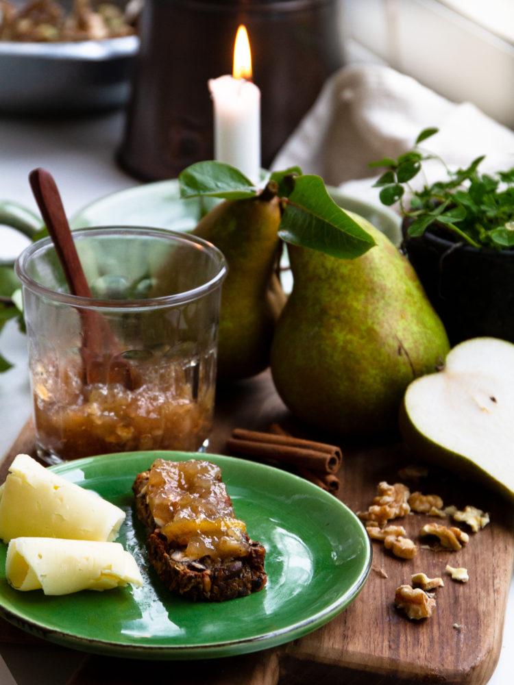 God fika med päronmarmelad och ost.