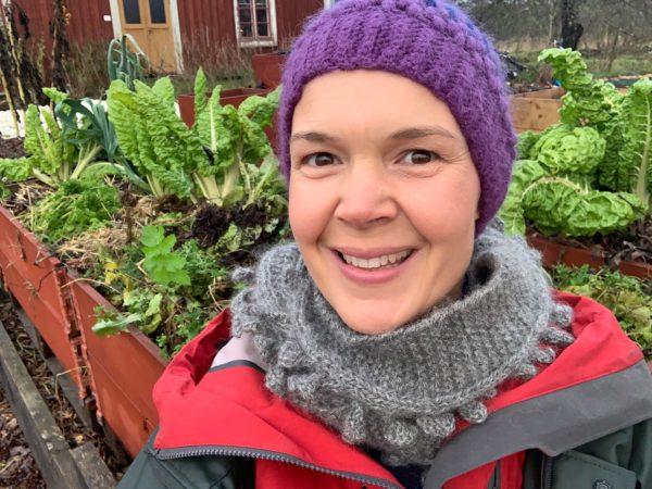En glad Sara i sin köksträdgård