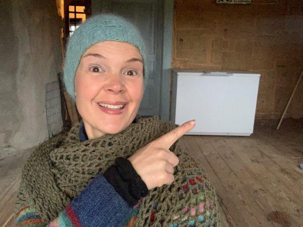 Sara är glad för sin frysbox som fylls med årets skörd