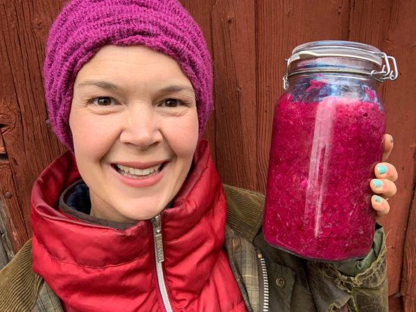 Sara är glad över sin mjölksyrade rödkål i glasburk
