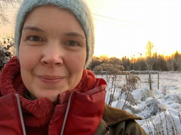 Sara i sin köksträdgård i vinterskrud