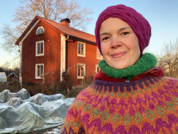 Sara i morgonsol i en frostig köksträdgård
